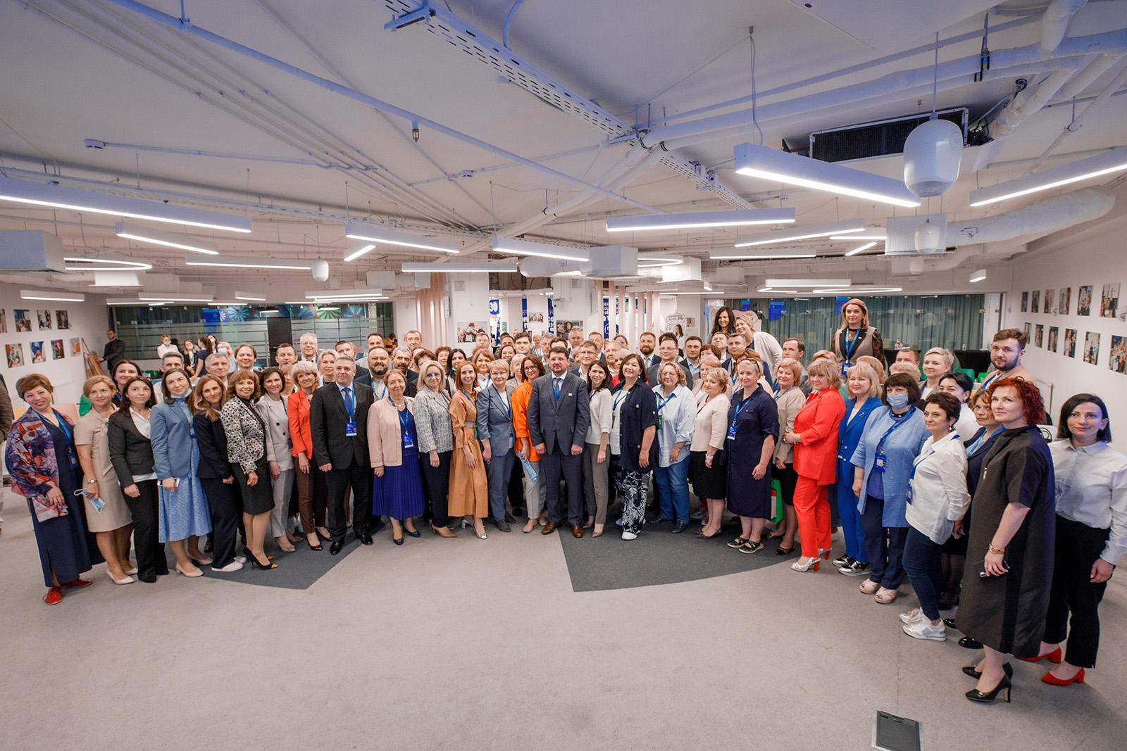 Евгений Стружак поздравил сотрудников социальной сферы с Днем социального работника